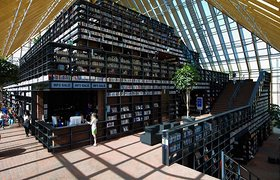 荷兰鹿特丹广场中的书山图书馆设计
