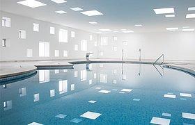 马略卡岛一个酒店的泳池和水疗区